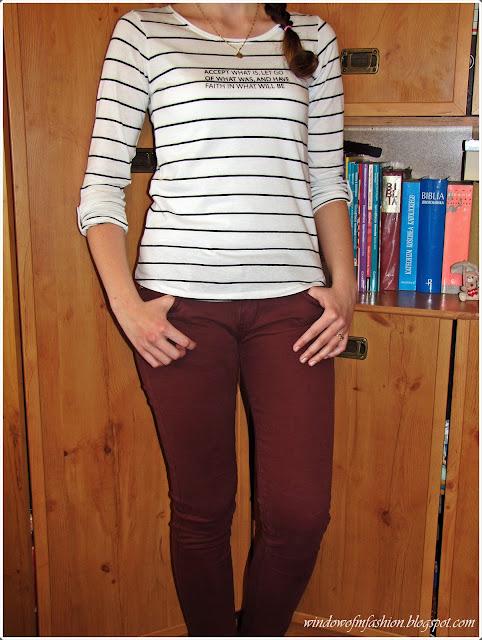 Bluzka w paski, burgundowe jeansy, pierścionek z kokardką