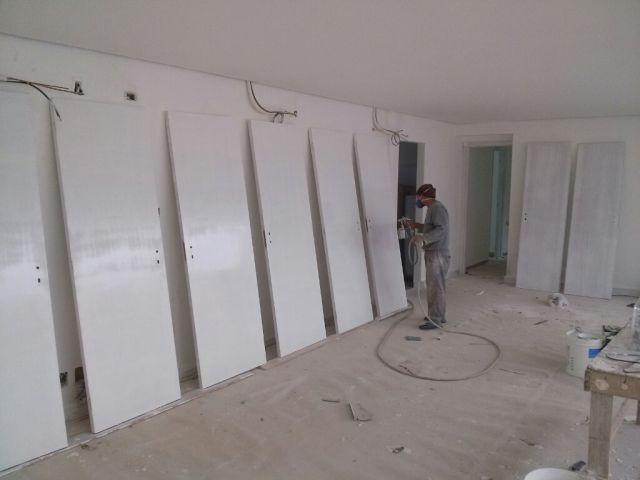 Pintando portas em BH.15