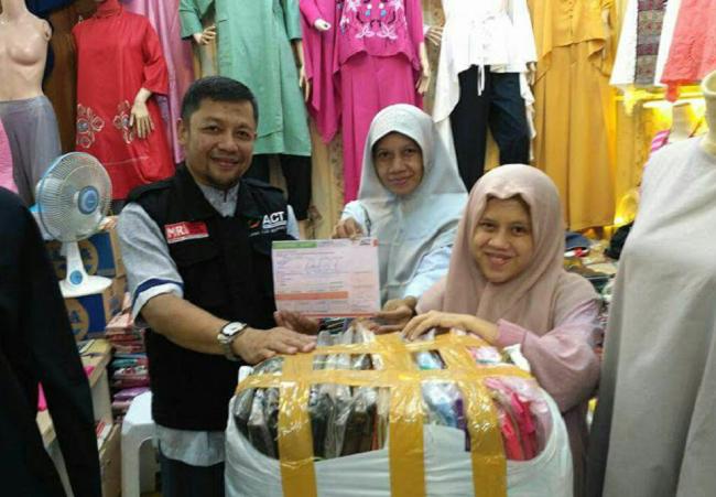 Pedagang tanah abang gratiskan baju untuk muslim Rohingya.