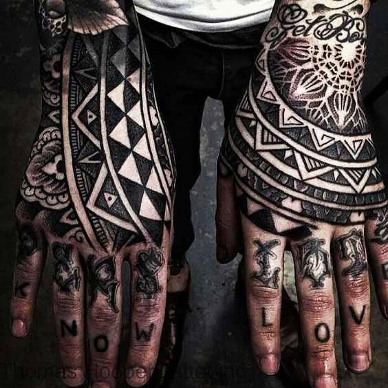 Vemos tatuaje maori en la mano