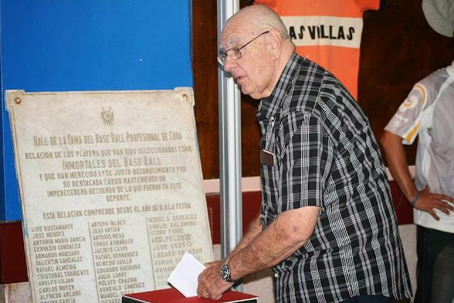 El investigador Ismael Sené ejerciendo su voto en el Salón de la Fama (Diciembre 2014)