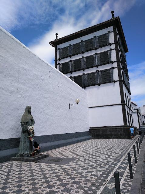 Estatua de Madre Teresa de Anunciada y Torre de Celosias del Convento de Esperança en Ponta Delgada