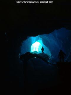Vista desde el interior de una cueva glaciar en el glaciar Tasman