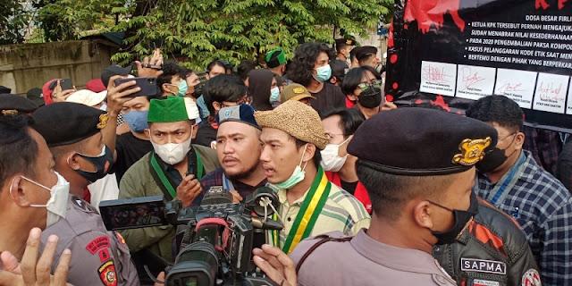Ramai Demonstrasi Di Area Gedung KPK Dengan Tuntutan Berbeda