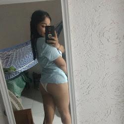 novinha amadora tirando foto em frente o espelho