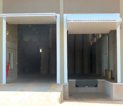 O galpão da Transdora conta com dois acessos frontais para carga e descarga de caminhões: um em nível e outro com doca rebaixada.