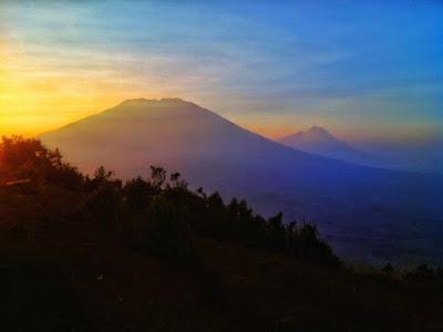 foto merbabu dan merapi dari puncak gunung andong