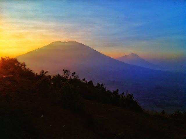 foto pemandangan gunung merbabu dari gunung andong