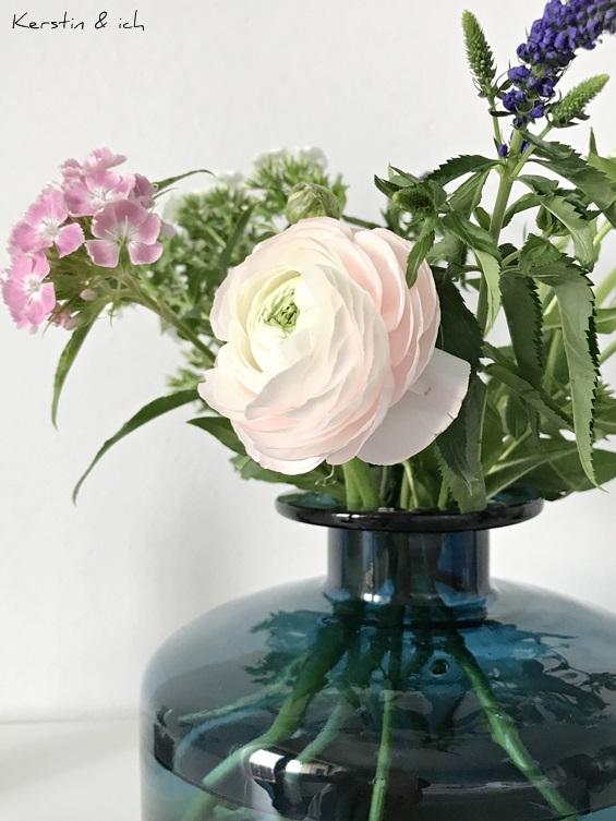 Bunter Frühlingsstrauß in blauer Glasvase