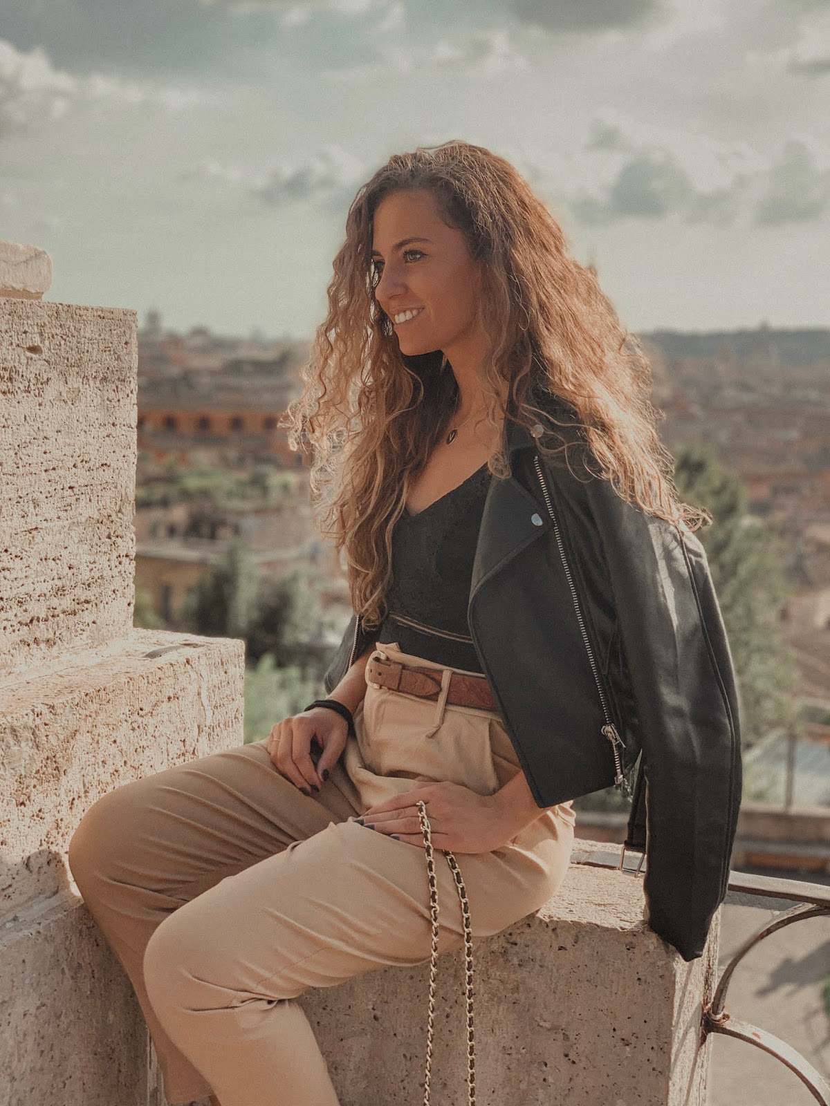 body in pizzo nero: come abbinarlo in un outfit da tutti i giorni, come abbinare body pizzo, come abbinare body outfit giorno, Valentina Rago, fashion need,