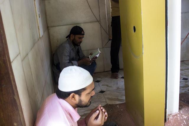 devotee, praying, corner, haji ali, dargah, tomb, worli, mumbai, incredible india,