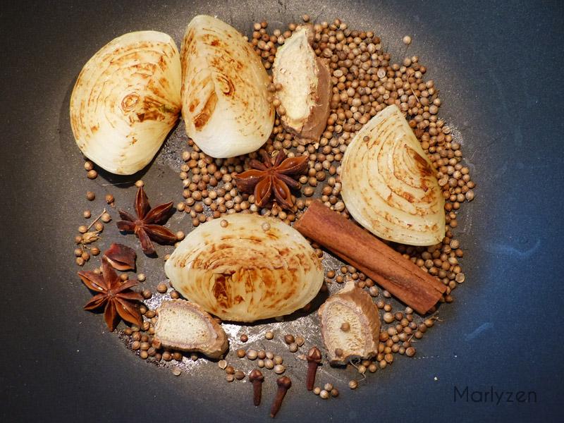 Torréfiez les épices avec l'oignon et le gingembre roussis.