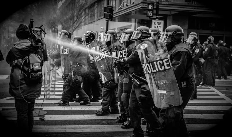Los Disturbios Violentos y el Caos Social en el Que Vivimos Actualmente - DemoCrazy