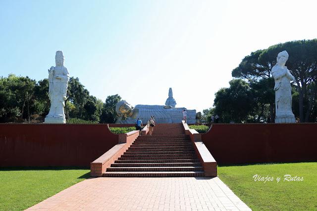 Buddha eden, escaleras con budas dorados