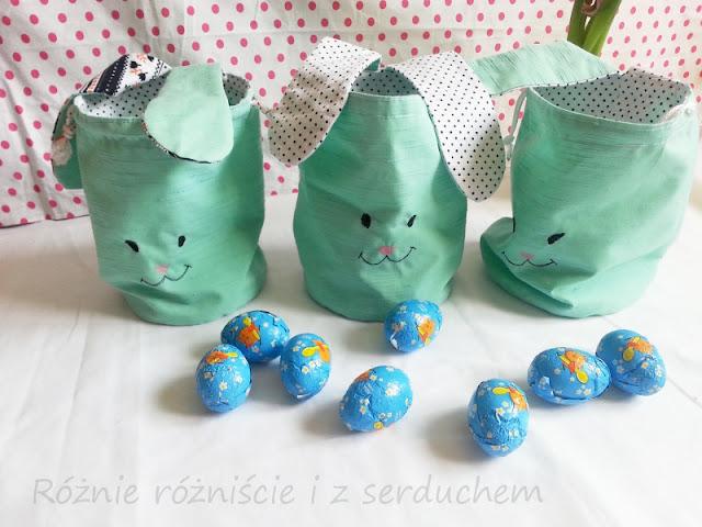 Trzy woreczki-króliczki ze słodyczami