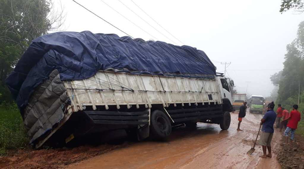 Truck fuso Tergelincir, Arus Transportasi Labuan Bajo-Ruteng Terganggu