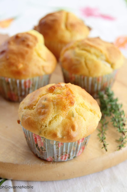 Muffin con scamorza, pecorino romano e timo