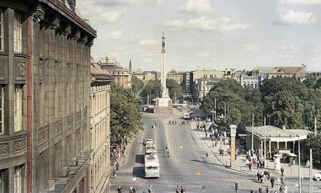 """1960-е годы. Рига. Улица Ленина и часы с надписями """"Мир"""" на разных языках (автор фото: Ян Тихонов)"""