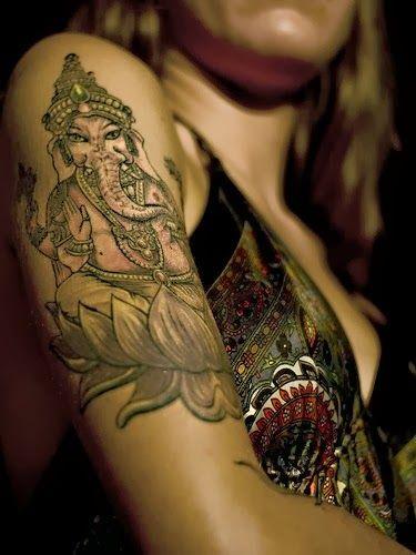 Mujer con tatuaje de Ganesha