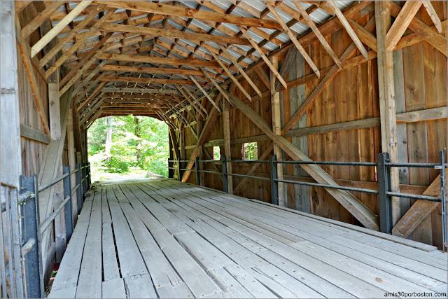 Interior del Puente Cubierto Tannery Bridge, Sandisfield