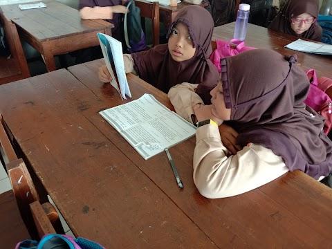 Penanaman Nilai-nilai Aswaja siswa Madrasah Ibtidaiyah Melalui  Tahlilan