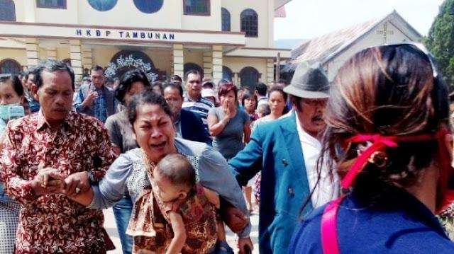 Helen Menangis sambil Gendong Bayinya Diusir dari Gereja, Margomgon Senyum dengan Dortaida