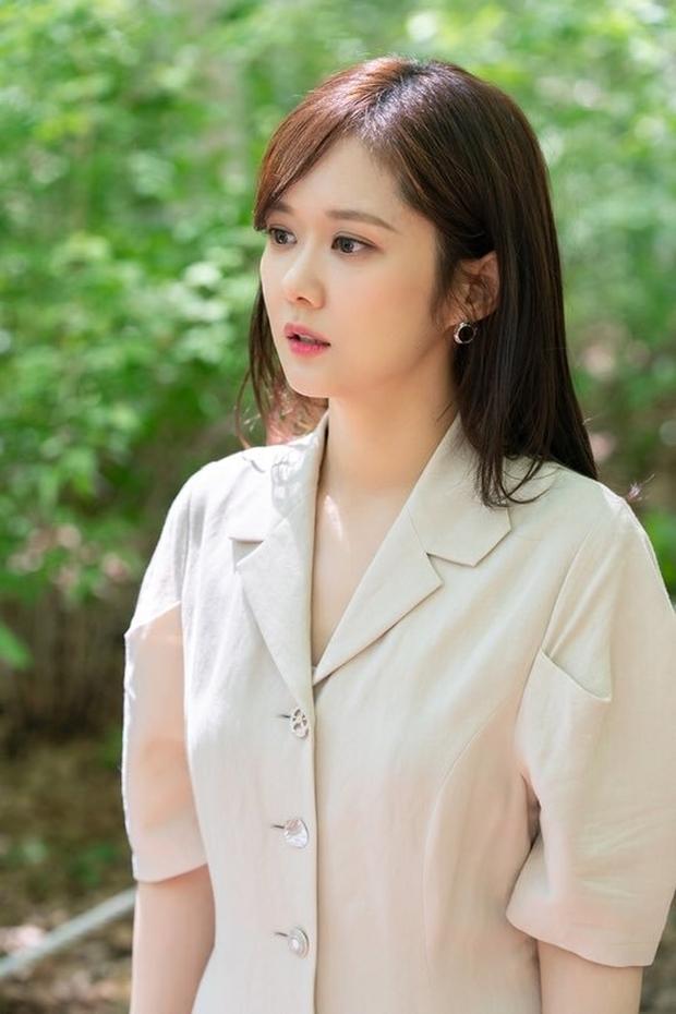 Ở tuổi 40 Jang Nara vẫn giữ được vẻ đẹp ngọt ngào, trong sáng, trẻ mãi không già.