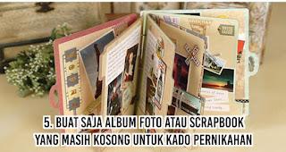 Buat saja album foto atau scrapbook yang masih kosong untuk Kado Pernikahan