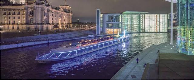 Passeio de barco ao anoitecer em Berlim