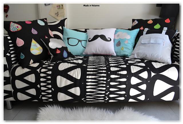 Canapé noir et blanc et coussins fantaisie