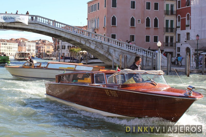 Water-taxi en el Gran Canal de Venecia