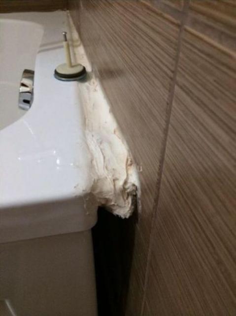 Un bon gros joint silicone le long de la baignoire