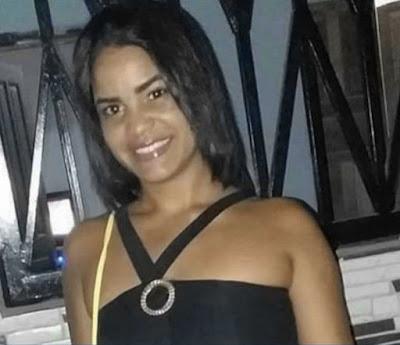 Uma jovem de 22 anos morreu e a mãe dela ficou ferida na segunda-feira (10), após homens invadirem a casa onde moram em Porto Seguro, no sul da Bahia.  De acordo com a Polícia Civil da cidade, Geisa Costa Neri foi baleada na cama enquanto dormia. Ela foi socorrida para o Hospital Luís Eduardo Magalhães, em Porto Seguro, mas não resistiu.  A polícia investiga se Geisa foi confundida com a irmã, jovem suspeita de envolvimento com o tráfico de drogas na cidade.  A mãe de Geisa também foi ferida, mas sobreviveu. Não há detalhes do estado de saúde dela. À polícia, o irmão da jovem disse que conforme relato da mãe dele, dois homens arrombaram a porta da frente do imóvel onde moram e após fazer perguntas sobre a irmã de Geisa, efetuaram os disparos. (G1BA)