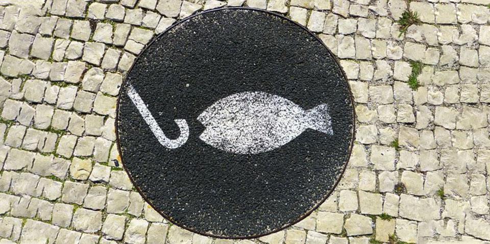 pela boca morre o peixe - tropa do batom