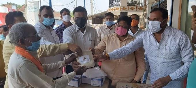भाजपा नेता संजय सिंह ने इटौंजा के ग्रामीण क्षेत्रों में बांटी कोविड सुरक्षा किट