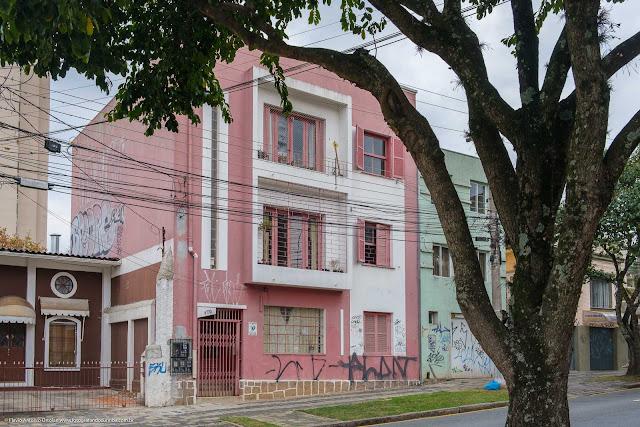 Pequeno edifício na Rua Barão de Antonina.