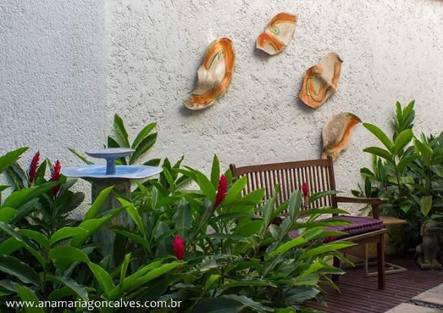 quintal-jardim-com-banco-e-muro-decorado