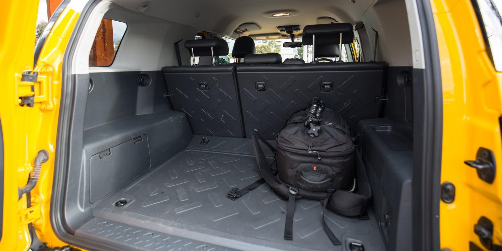 Khoang hành lý của Toyota FJ Cruiser 2016 siêu rộng