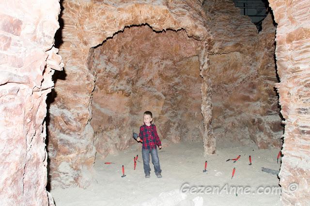 mağara içindeki kumlar arasında gömülü olan dinozor kemikleri ve yumurtalarını arayan oğlum, Jurassic Land Forum İstanbul