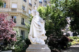 Paris : La Montmartroise, une sculpture de Théophile Camel - square Carpeaux - XVIIIème