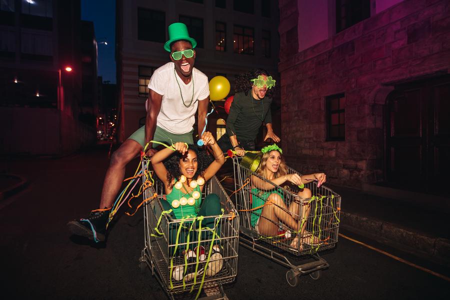 Foliões buscam na internet opções baratas de fantasias para o Carnaval