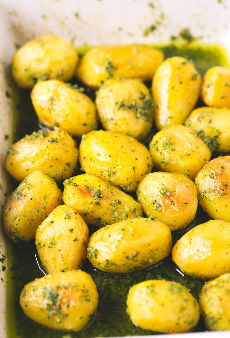 Potatoes with vegan pesto: These pesto roast potatoes are to die for. They are perfect for special occasions, and if you prepare them, you will surely succeed.