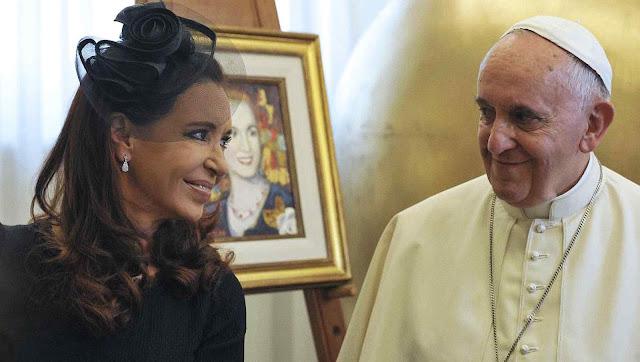 Papa Francisco e Cristina Kirchner com quadro de Eva Perón de fundo