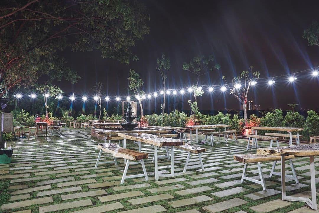 keindahan cafe merah putih driyorejo
