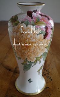 vaso con peonie e farfalle