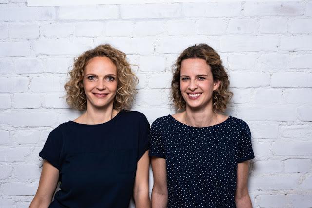 """WOW MOM: Das Mutmacher-Buch für Mamas im ersten Jahr mit Kind. Lisa Harmann und Katharina Nachtsheim betreiben zusammen den Blog """"Stadt Land Mama""""."""
