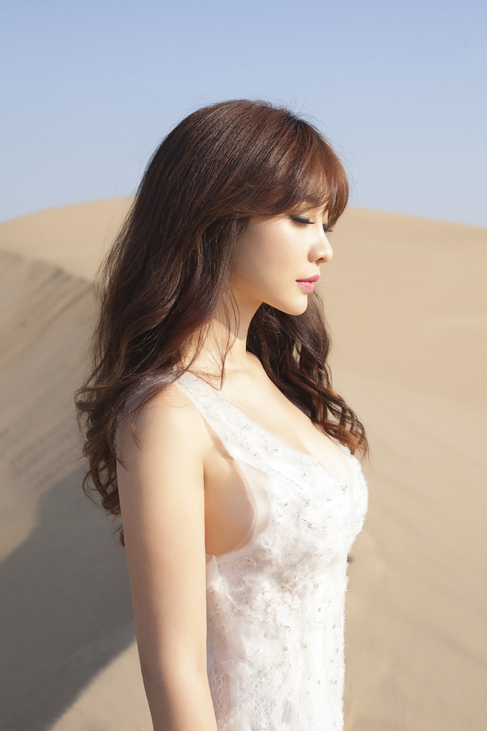 Gallery - Chinese beautiful model Liu Yan with Sexy White Dress on Desert Photo - P7