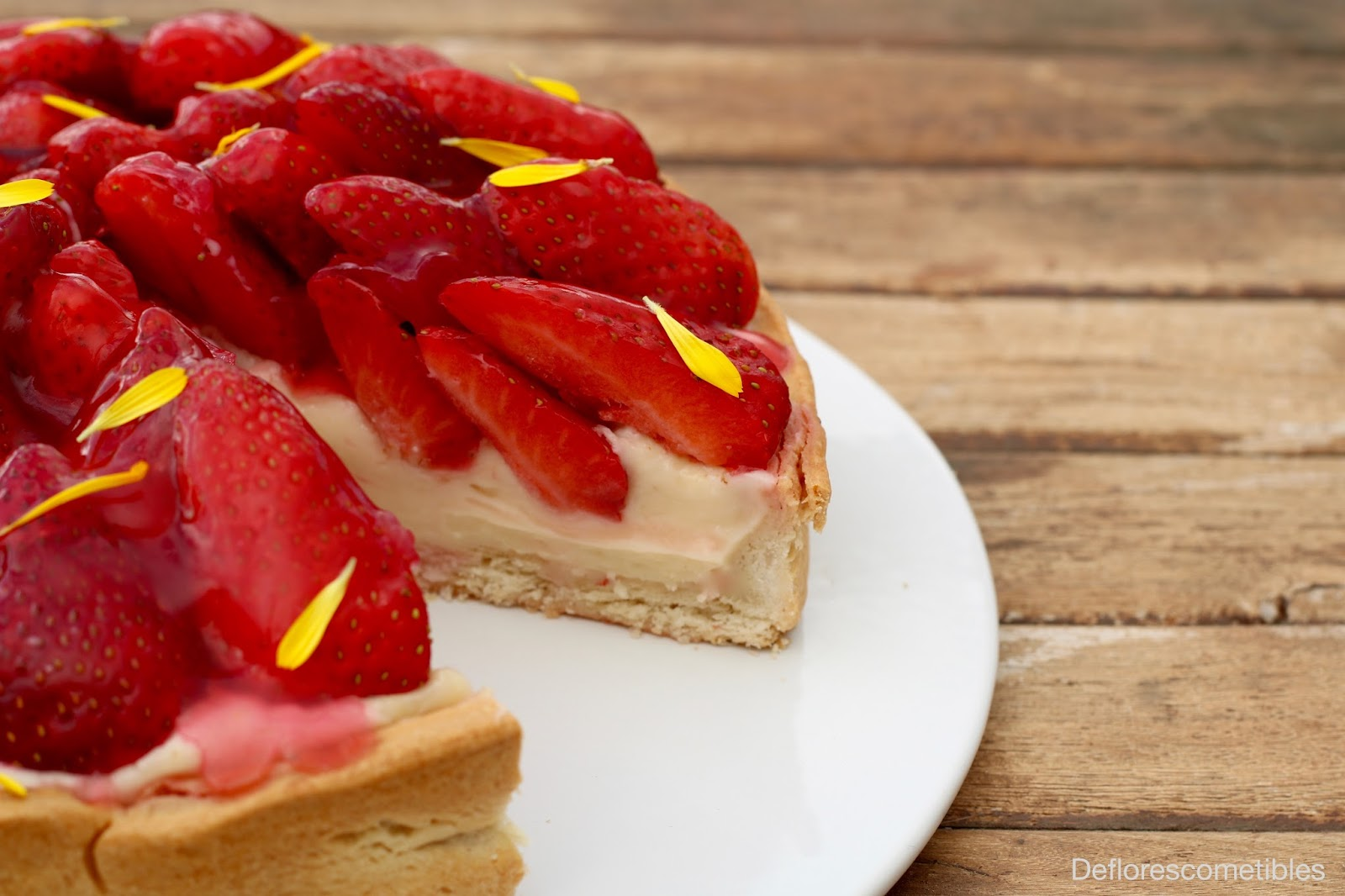 Tarta de fresa y caléndulas