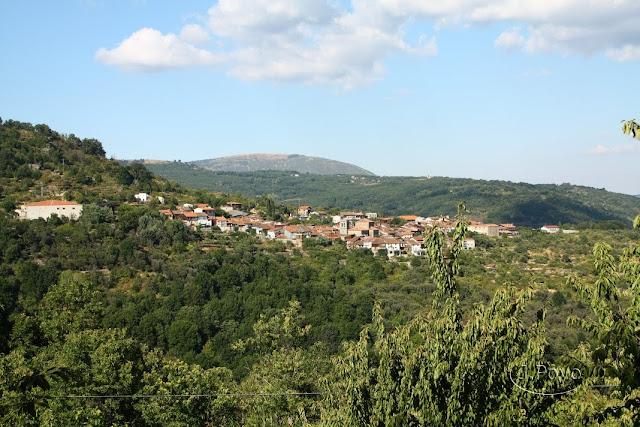 Vista de Mogarraz en el camino del agua