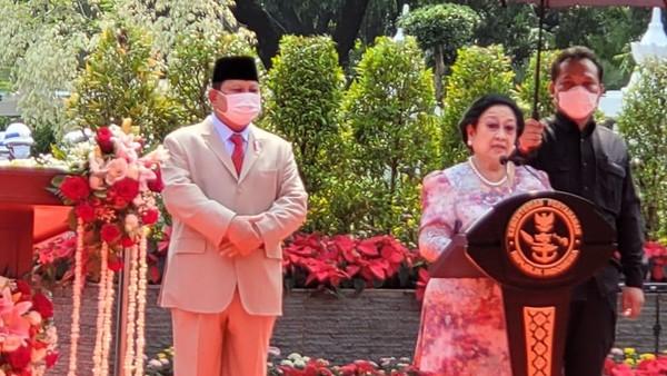 Membaca Makna Prabowo Berdiri di Belakang Megawati dan Arah 2024